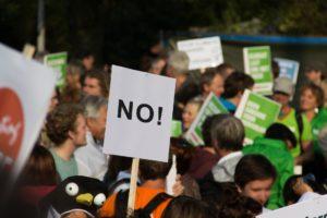 Demonstranten mit Protestschild