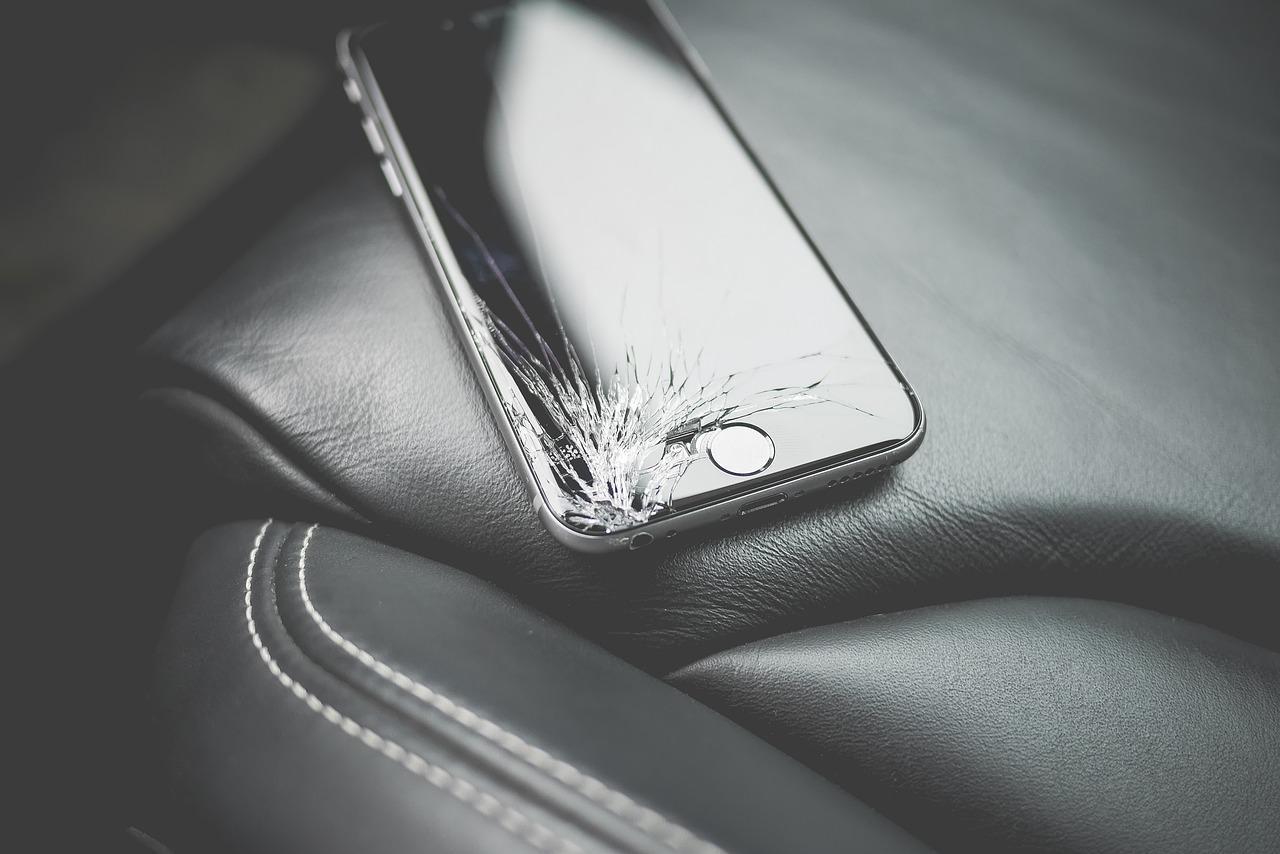 Handy mit Schaden am Display