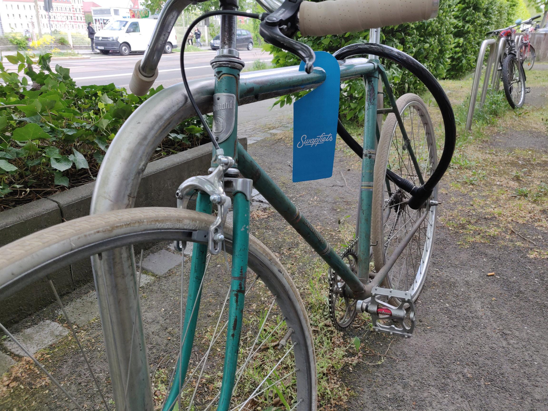 Fahrrad Leasing Swapfiets Werbung Anhänger am Fahrrad